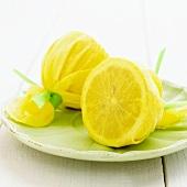 Zwei halbe Zitronen im Säckchen