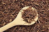 Dried tatarian aster root with a wooden spoon