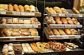 Verschiedene Brote und Gebäck auf Regalen in Bäckerei