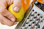 Schale von einer Zitrone abreiben