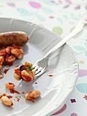 Würstchen und Baked Beans mit Gabel