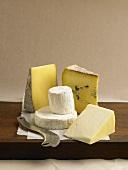 Verschiedene Käsesorten mit Käsemesser
