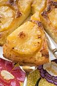 Gestürzter Ananaskuchen, angeschnitten (Close Up)