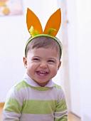Kleines Kind als Hase verkleidet
