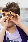 Mädchen mit sternförmiger Ausstechform für Plätzchen