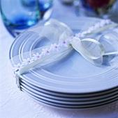 Ein Stapel blauer Teller mit Band zusammengebunden