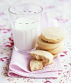 Shortbread mit einem Milchglas