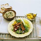 Gemischter Salat, eingelegte Peperoni und Kichererbsendip