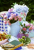 Sommerlich dekorierter Tisch im Freien