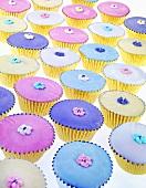 Viele pastellfarben verzierte Muffins