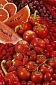 Fläche aus roten Früchten und rotem Gemüse