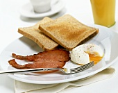 Bacon, poached egg and wholemeal toast