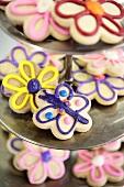 Glasierte Plätzchen (Blumen und Schmetterling)