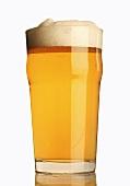 Ein Glas helles Bier mit Schaumkrone