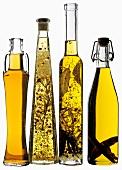 Vier verschiedene Öle in Flaschen