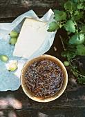 Stachelbeer-Chutney und ein Stück Käse