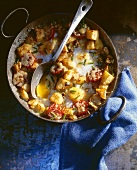 Breakfast gratin (English breakfast with fried potatoes and fried eggs)