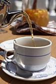 Eine Tasse Tee eingießen