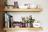 Küchenregal mit Geschirr, Büchern, Obst, Eiern