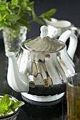 Silber-Teekanne mit Minztee