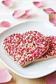 Herzförmige Plätzchen mit Zuckerstreusel