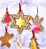 Weihnachtsplätzchen mit farbigem Glas für den Christbaum