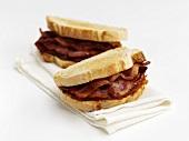 Sandwiches mit Bacon auf Stoffserviette