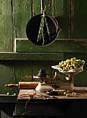 Stillleben mit alter Küchenwaage und Stachelbeeren