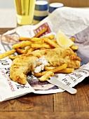 Fish and Chips auf Zeitungspapier (England)