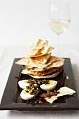 Uova piccanti con carta da musica (Eggs with flatbread)