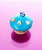 Muffin with turquoise icing and the word DAD