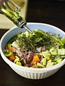 Fleisch mit Gemüse und Kräutern marinieren