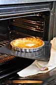 Vorgebackene Bakewell Tarte wird aus Backofen genommen