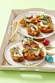 Getoastete Baguettescheiben mit Tomaten, Oliven & Mozzarella