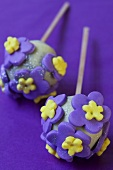 Cake pops with sugar flowers