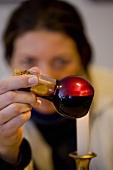 Aceto Balsamico vor Kerzenflamme überprüfen