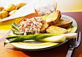 Körniger Frischkäse mit Backkartoffeln und Frühlingszwiebeln