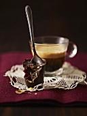 Nuss-Cranberrie-Schokolade am Löffelstiel