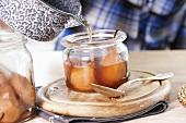 Pochierte Birnen mit Sirup übergiessen