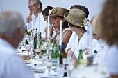 Feierliche Gesellschaft an einer Festtafel