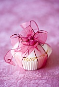 Cupcake mit Geschenkband