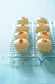 Vanilla macaroons with gingerbread pieces