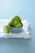 Macaroons with kiwi-banana cream