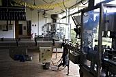 Förderbänder zur Weinflaschenabfüllung (Weingut Chateau Lynch-Bages, Frankreich)