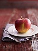 Ein roter Apfel auf Teller