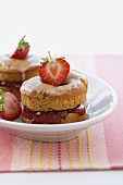 Strawberry tartlets with jam and icing sugar