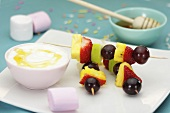 Fruit kebabs and marshmallows with a dip