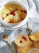 Zitronenpunsch mit Apfel und Cranberries