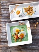 Getrüffelte Spinatsuppe mit Ei und Croutons