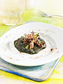 Chipirones (kleine Tintenfische) mit schwarzem Kartoffelpüree (Spanien)